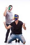 L'Italie contre la Suède sur le fond blanc Les passionés du football des équipes nationales célèbrent, dansent et crient Images stock