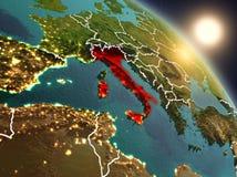 L'Italie de l'espace pendant le lever de soleil illustration stock