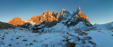 L'Italie, dolomites, Alpes - paysage merveilleux, au-dessus des nuages au beau jour en hiver avec la première neige, l'Italie photo stock
