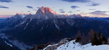 L'Italie, dolomites, Alpes - paysage merveilleux, au-dessus des nuages au beau jour en hiver avec la première neige, l'Italie image libre de droits