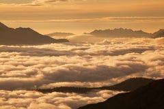 L'Italie, dolomites, Alpes - paysage merveilleux, au-dessus des nuages au beau jour en hiver avec la première neige, l'Italie Mon photos libres de droits