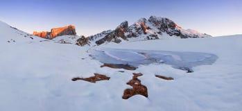L'Italie, dolomites, Alpes - paysage merveilleux, au-dessus des nuages au beau jour en hiver avec la première neige, l'Italie mon photographie stock libre de droits