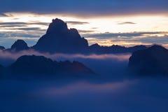 L'Italie, dolomites, Alpes - paysage merveilleux, au-dessus des nuages au beau jour en hiver avec la première neige, l'Italie photos stock
