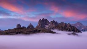 L'Italie, dolomites - paysage merveilleux, au-dessus des nuages Image stock