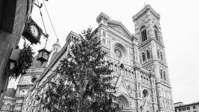 L'Italie Florence Cathedral avec le jour pluvieux d'arbre de Noël Image libre de droits