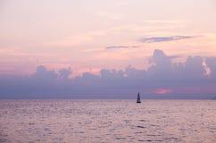 L'Italie, le coucher du soleil gentil et la mer photographie stock