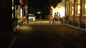 l'Italie Les gens marchent les rues la nuit banque de vidéos