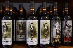 L'ITALIE, LIDO DI JESOLO - 4 SEPTEMBRE : bouteille de souvenir de vin sur t Photo libre de droits