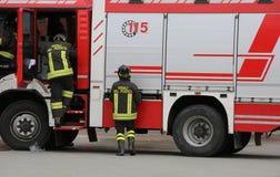 L'Italie, Italie - 10 mai 2018 : camion de pompiers et sapeurs-pompiers talian image stock