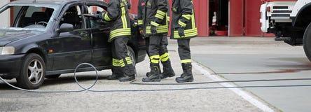 L'Italie - 10 mai 2018 : Les sapeurs-pompiers italiens emploient les cisaillements au fre photos libres de droits