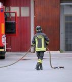 L'Italie, Italie - 10 mai 2018 : Sapeur-pompier italien avec l'unifiorm photos libres de droits