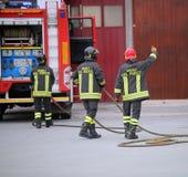 L'Italie, Italie - 10 mai 2018 : trois sapeurs-pompiers italiens et photo stock