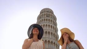 l'Italie, Pise Deux jeunes femmes dans les panamas marchant par la tour penchée de Pise et appréciant les vues banque de vidéos
