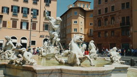 L'ITALIE, ROME, juin 2017 : Fontaine de Neptune dans Piazza Navona, Rome tir de steadicam banque de vidéos