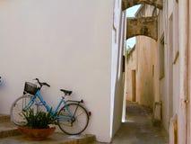 L'Italie, Salento : Bicyclette dans vieil Otranto image stock