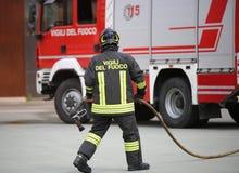 L'Italie, service informatique, Italie - 10 mai 2018 : camion de pompiers et un firef talian Image libre de droits