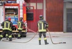 L'Italie, service informatique, Italie - 10 mai 2018 : esprit italien de trois sapeurs-pompiers photos stock