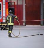 L'Italie, service informatique, Italie - 10 mai 2018 : Sapeur-pompier italien avec l'unifi photos stock