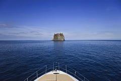 l'Italie, Sicile, roche de Strombolicchio Photos libres de droits