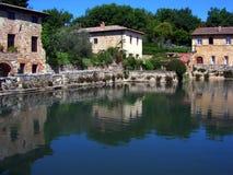 L'Italie, Toscane : Baquet d'eau thermique dans Bagno Vignoni photos libres de droits