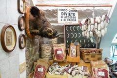 L'Italie, Toscane, intérieur d'une épicerie fine image libre de droits