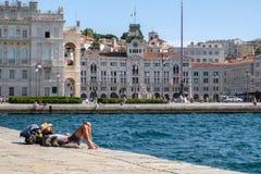 L'Italie, Trieste, un touriste se trouvant au soleil sur le pilier audacieux photo stock