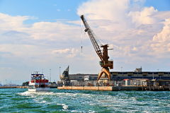 l'Italie Venise Grues dans le port et le bateau avec des passagers Images stock