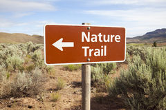L'itinéraire aménagé pour amateurs de la nature signent dedans la contrée lointaine Photographie stock