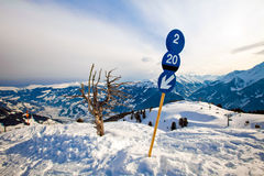 L'itinéraire bleu se connectent la station de sports d'hiver photos stock
