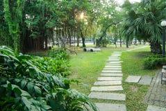 L'itinéraire marche en parc public Photographie stock