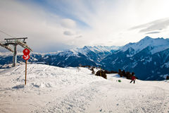 L'itinéraire rouge se connectent la station de sports d'hiver photos libres de droits