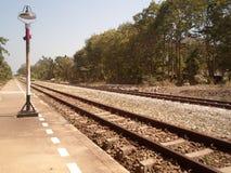 L'itinerario del treno è visibile nella distanza Fotografia Stock