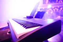 L'ivoire blanc et les clés noires d'un piano photos libres de droits