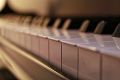 L'ivoire blanc et les clés noires d'un piano Photographie stock