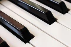 L'ivoire blanc et les clés noires d'un piano Tir diagonal photo libre de droits
