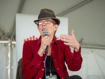 L A Kauffman som talar på för områdesbok för 2018 fjärd festen på en panelabo fotografering för bildbyråer