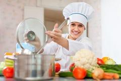 L kucharz w toque pracach z kopyścią Zdjęcia Royalty Free
