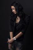 l kvinna som poserar på en svart bakgrund Arkivfoto