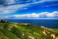 L Landschaft mit dem Ozeanufer in Asturien, Spanien Stockfotos