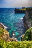 L Landschaft mit dem Ozeanufer in Asturien, Spanien Lizenzfreie Stockfotos