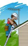 L'électricien installe l'antenne de TV sur un toit Images stock