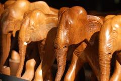 L'éléphant en bois figure le groupe Image stock