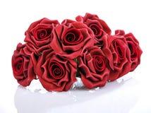 L mazzo delle rose rosse su un fondo bianco Immagine Stock