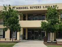 L Mendel Rivers Library på universitetsområdet av Charleston Southern University royaltyfri fotografi