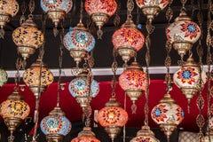 L?mpadas coloridas do otomano do mosaico no bazar imagem de stock