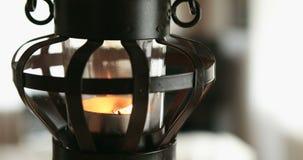 L?mpara de la vela que balancea en el viento almacen de metraje de vídeo