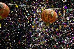 L?mparas de papel en los colores y la luz de Chinatown