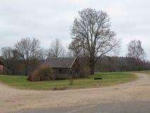 L?ndliche Landschaft mit einem Haus in Lettland lizenzfreies stockfoto