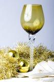 L'an neuf de vin de Noël grand en verre a décoré la table Image libre de droits