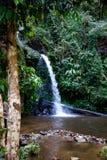 L?ng exponering av den Montathan vattenfallet i djungeln av Chiang Mai Thailand arkivbild
